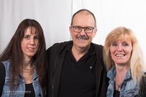 Der Fotograf mit dem Hair-Design-Team Maria (l.) und Manuela (r.)